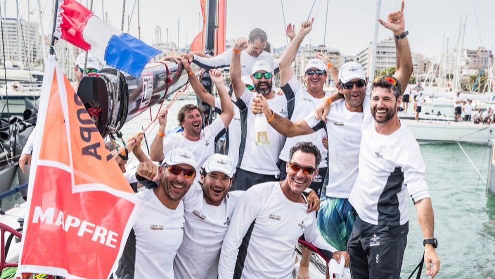 La tripulación del Estrella Damm celebra su victoria en la 37 Copa...