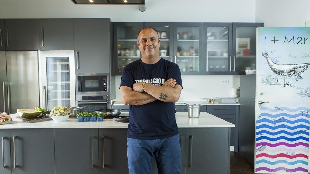 Angel León, 41 años, en la cocina de la planta superior de...