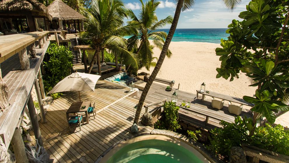 Vista de la villa 11 del resort en Seychelles con acceso a una playa...