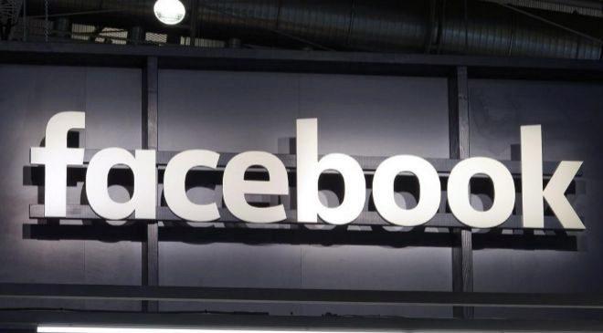 Cartel iluminado con el logo de Facebook