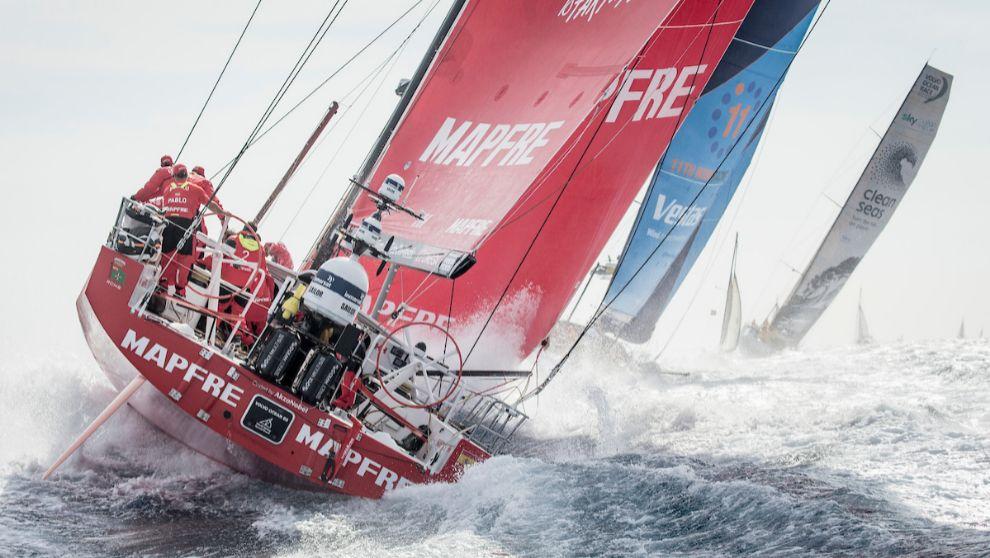 El barco español Mapfre, durante la salida de la etapa 1 de Alicante.