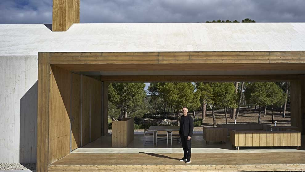 Esteve, 53 años, en su casa de Fontanars dels Alforins (Valencia),...