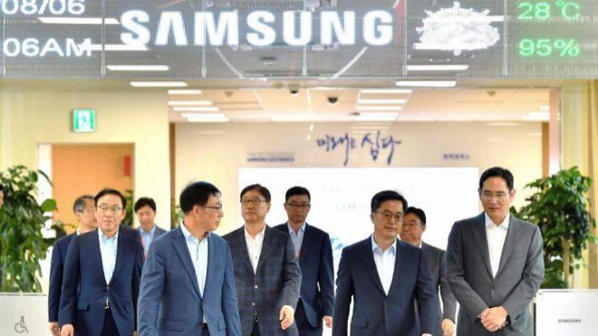 El ministro surcoreano de Finanzas, Kim Dong-yeon (2d),y el actual...