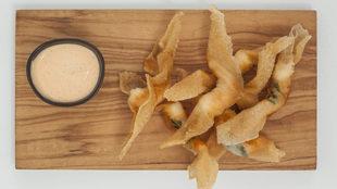 Con la creación de estos langostinos fritos envueltos en pasta Dani...