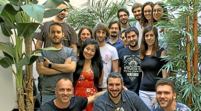 Jordi Torras (abajo a la izquierda) con otros miembros de la plantilla...