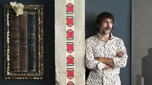 Eugenio Recuenco, 50 años, en su estudio, en Madrid, retratado con el...