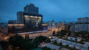 Proyección de una de las fotografías de Eugenio Recuenco en la Plaza...