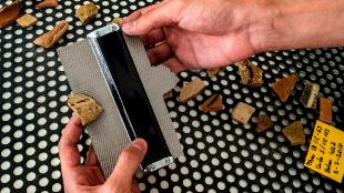 Un arqueólogo mide, fecha, fotografía y cataloga cada fragmento...