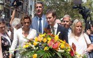 El presidente del PP, Pablo Casado (c), junto a la portavoz...