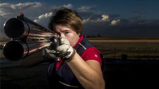 La tiradora, 48 años, apunta con su escopeta Beretta 682 Sporting en...