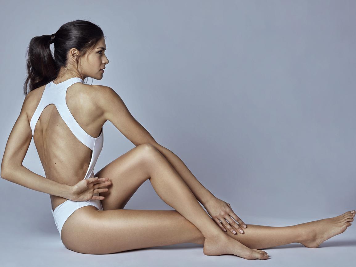 Moda:  bañador blanco con cuello cisne, de All...