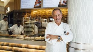 El cocinero austriaco, 69 años, en su local de la Terminal 6 del...
