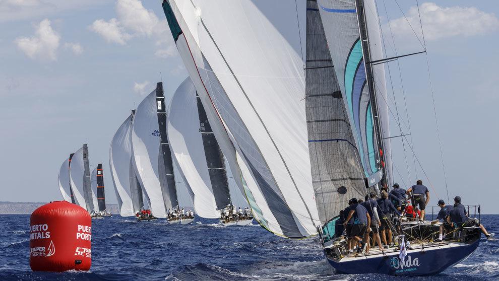 La flota de la regata Puerto Portals 52 Super Series disputando una de...