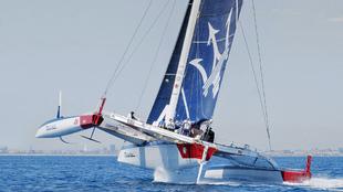 La embarcación Maserati navegando por el litoral de la costa de...