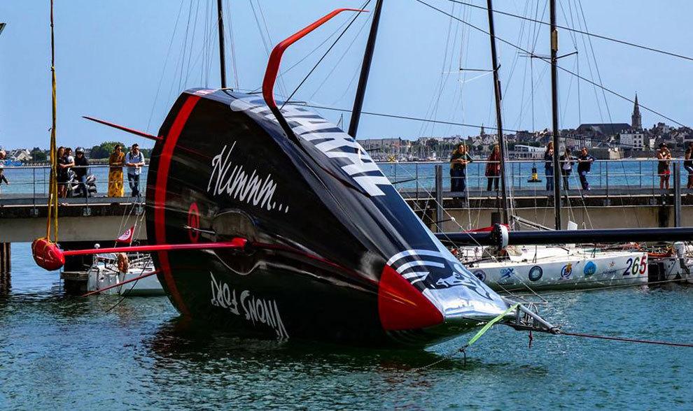 La embarcación Charal Imoca 60, durante la maniobra de puesta en el...