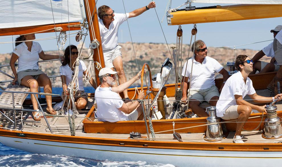 Felipe VI, a la caña del velero Giraldilla, durante una manga de...