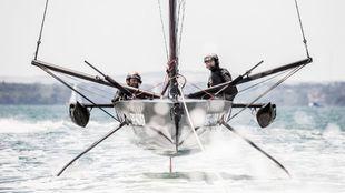 Ben Ainslie y Leigh McMillan, durante un entrenamiento a bordo del T5.