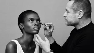 El director creativo de YSL Beauty, Tom Pecheux, maquillando a una...