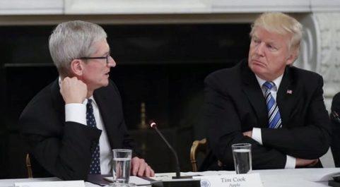El presidente de EE.UU. Donald Trump (d),  escucha al director...