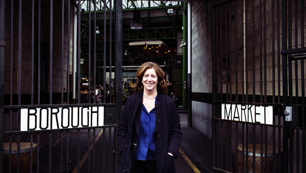 Monika Linton, 56 años, ante el Borough Market de Londres.
