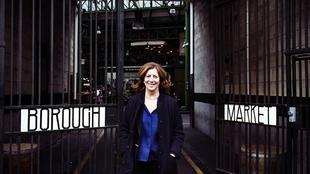Monika Linton, 56 años, ante el Borough Market de Londres.