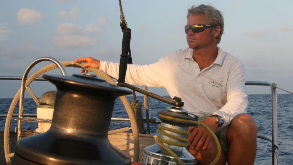 Álex Pella, a bordo de su velero clásico 'Galvana'.