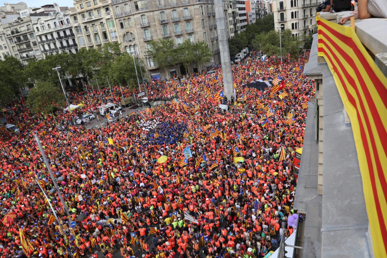 Miles de independentistas se echan a la calle para reclamar la...