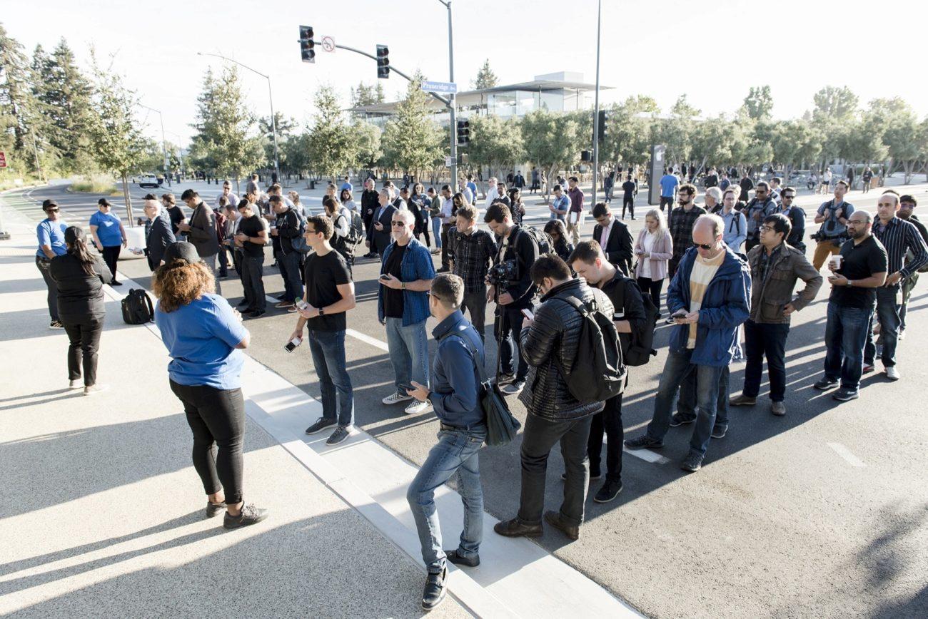 Los asistentes al evento forman para su ingreso al recinto donde se...