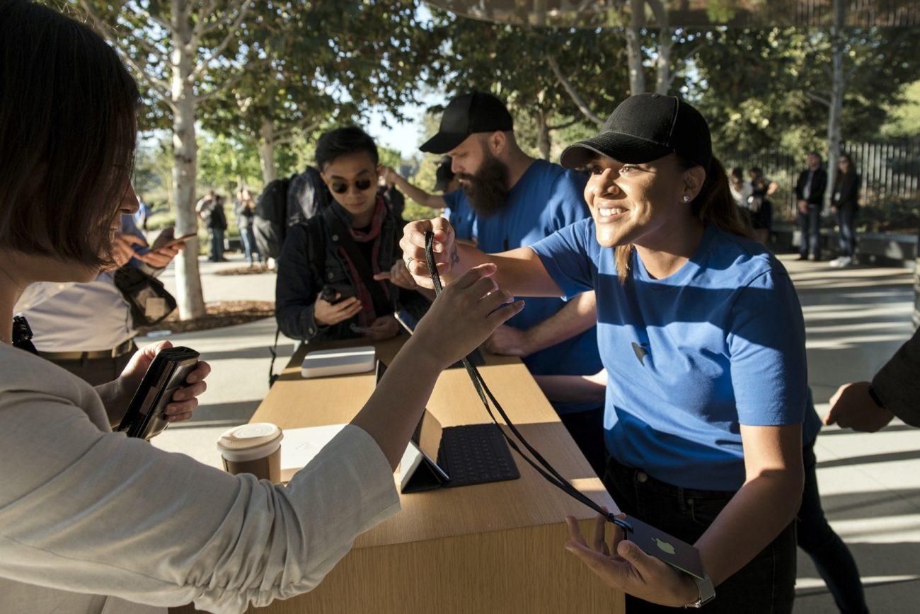 Una empleada de Apple realiza el check-in de una asistente a la...