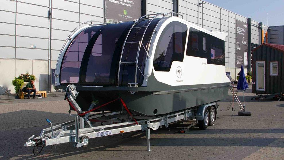 Departure One de Caravanboat es caravana y bote al mismo tiempo, y...