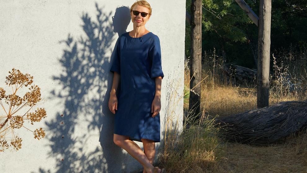 La diseñadora, 50 años, en su casa de la sierra de Madrid.