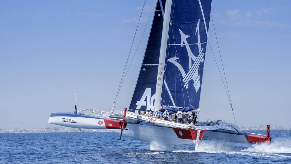 En el mediterráneo el Maserati Multi70 navegando frente a la costa de...