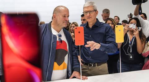 El consejero delegado de Apple, Tim Cook, tras la presentación de los...