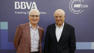 Peter Weill, profesor del MIT, y Francisco González, presidente de...