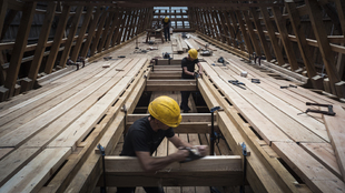 Carpinteros de Albaola trabajan en  una de las cubiertas del nuevo...