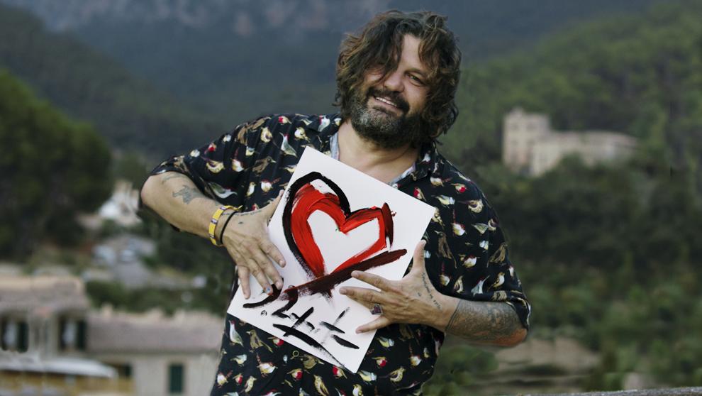 Zapata, 43 años, en la terraza de su casa de Valldemosa, Mallorca.
