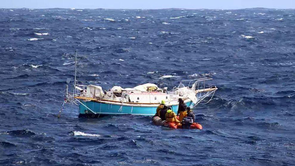 Una semirígida del buque pesquero 'Osiris', llegando al...