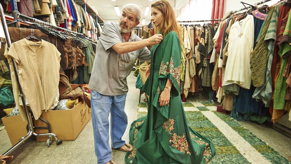 El diseñador probándole a la protagonista femenina, Sofía Escobar,...