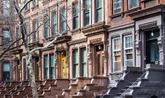 Imagen de una calle neoyorquina al oeste de Central Park formada por...