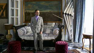 El diseñador, 50 años, en su salón principal, con alfombra de...