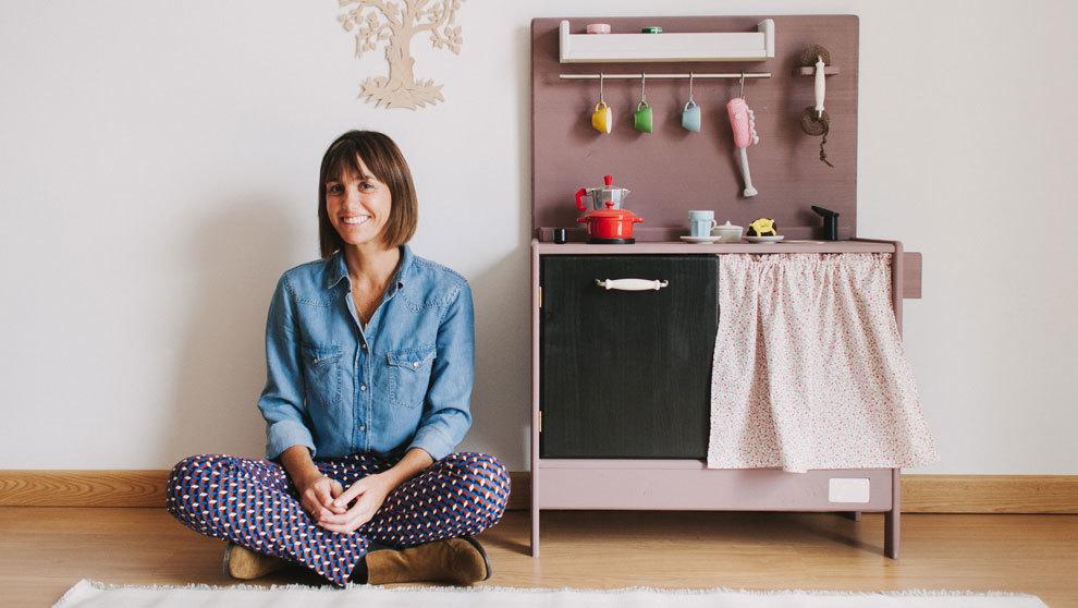 Macarena Bilbao posa con el mueble más vendido: el modelo de cocinita...