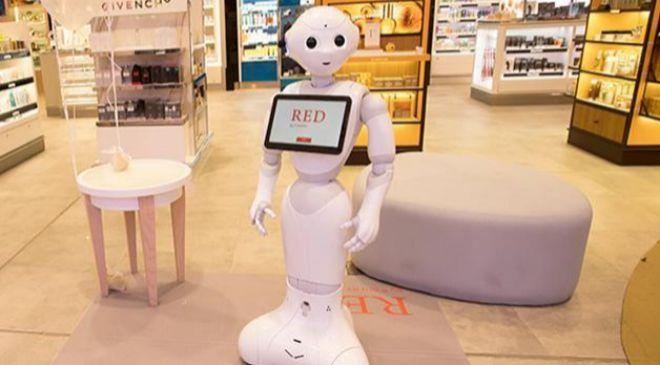 Robot Pepper en una superficie comercial.