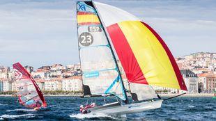 Marina Alabau, con su tabla de windsurf, y Támara Echegoyen y Paula...
