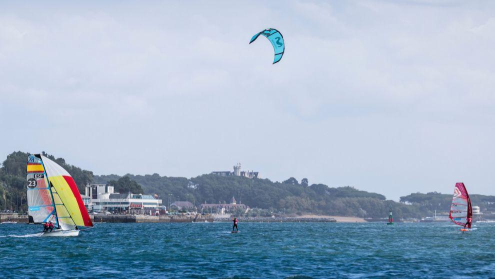 Alabau, con su tabla de windsurf, por delante de Pulido (kitesurf) y...