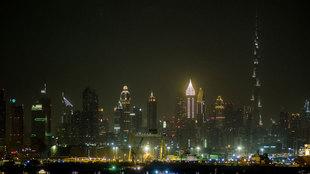 Vista del 'skyline' de Dubái por la noche, con la aguja del...