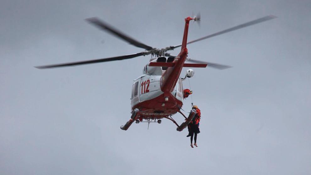 Los servicios de rescate auxilian al surfista en Islares.
