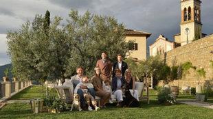 El empresario en el jardín de su casa en Salomeo con su nieta...