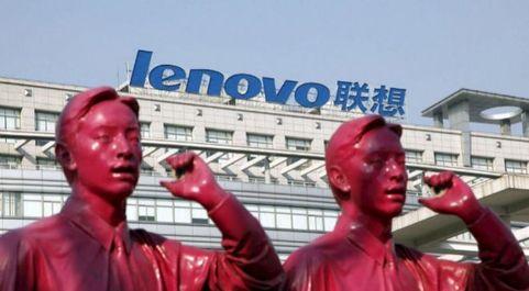 Logo de la empresa Lenovo en la sede de la compañía en Shangay,...