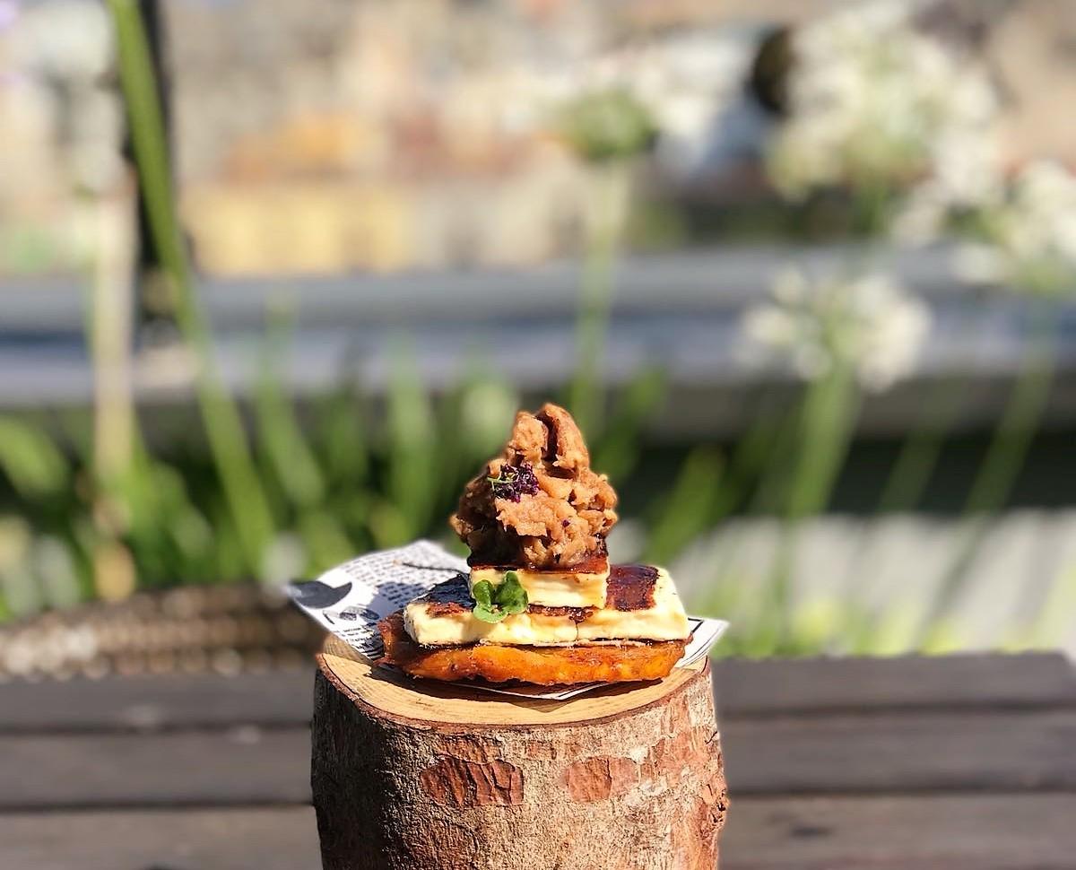 Tapa: Cerdo asado sobre tosta de plátano macho servida con queso...