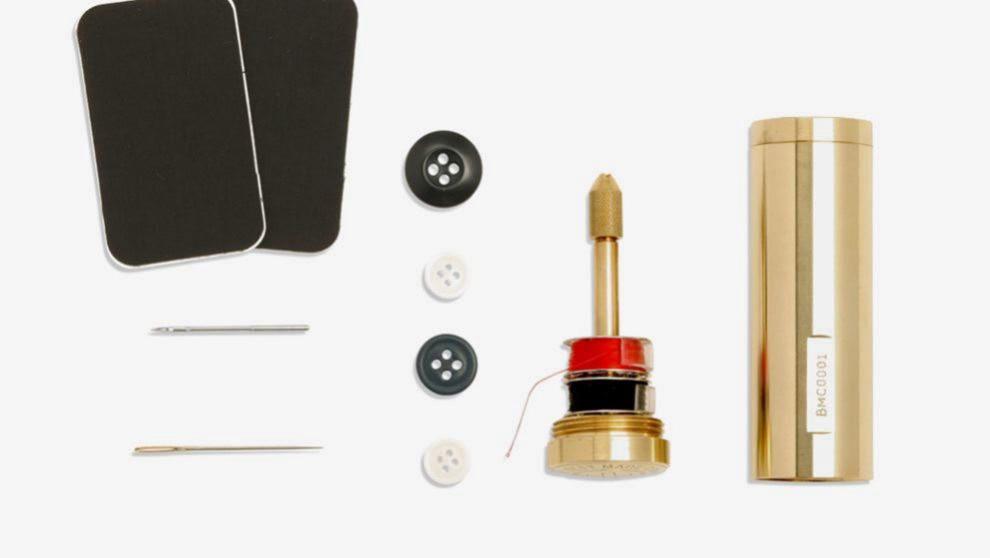 La cápsula Brass Capsule Stitcher incluye dos agujas de coser a...